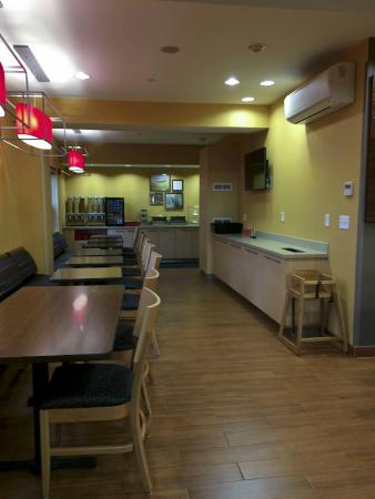 TownePlace Suites Medford: Breakfast eating area
