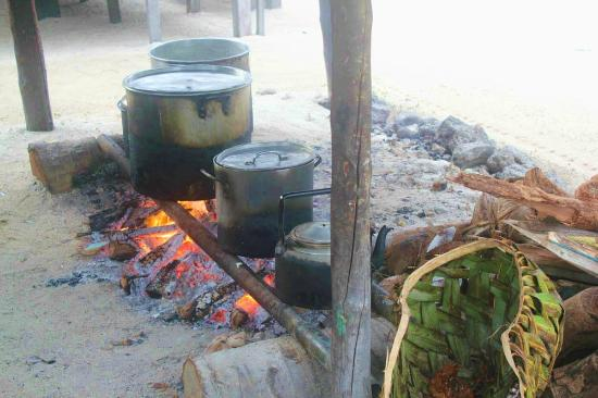 Tanu Beach Fales : Watch dinner being cooked.