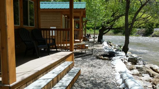 Glenwood Canyon Resort: Riverfront cabins