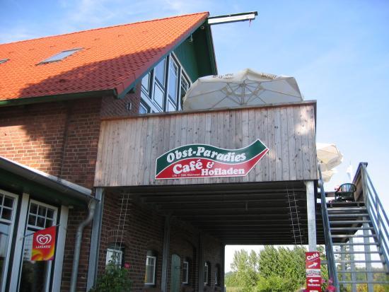 Wedel, Germany: レストラン、マーケットがある建物