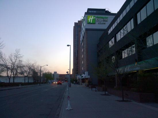 Holiday Inn Express Calgary : The hotel on 8th avenue