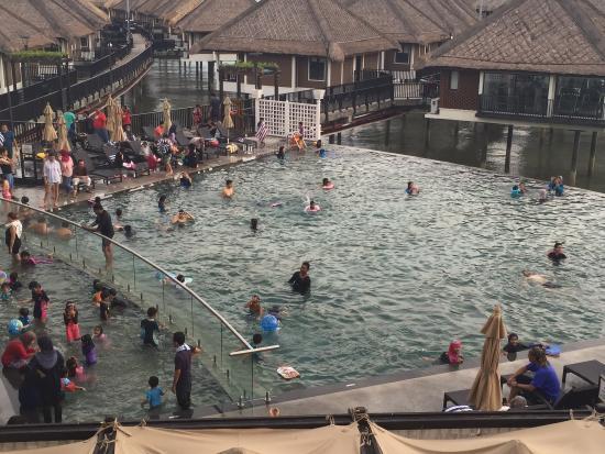 Avani Sepang Goldcoast Resort: Crowded pool