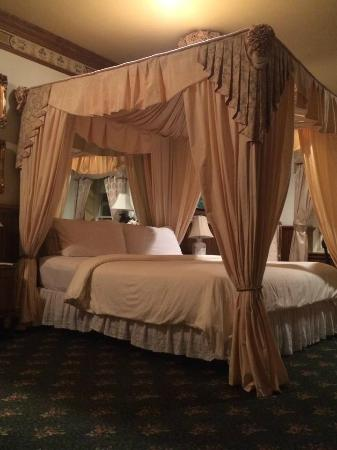Doryman's Inn: Beautiful bed.