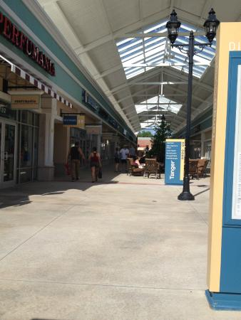 Tanger Outlets: Shopping area