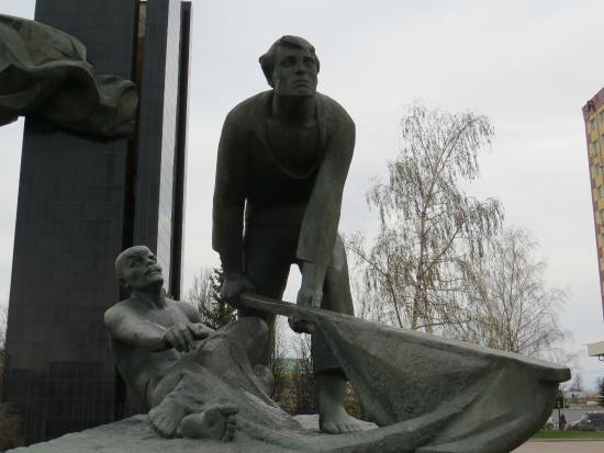 Revolyutsii Square