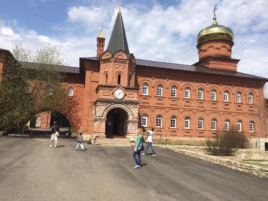 """Usa-Stepanovka, Ryssland: Мужской монастырь """"Святые кустики"""", площадь внутри"""