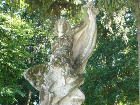 Statue assez romantique dans le parc de Villa Erba à Cernobbio.