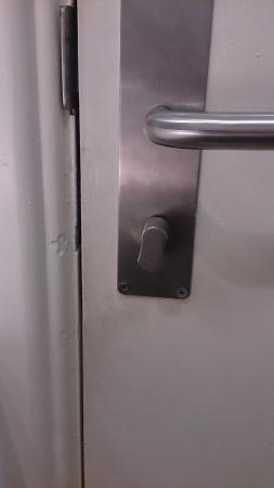 Premier Inn Cardiff North Hotel: Bathroom dooor handle