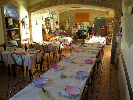 Bardineto, Itália: la sala da pranzo del ristorante adiacente la ns stanza