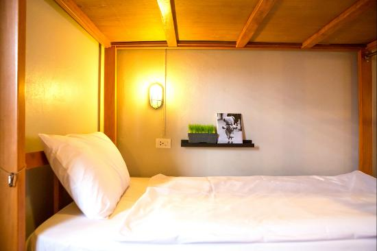 Pak-Up Hostel: personal light/international plug/bed shelf