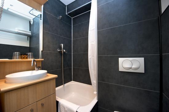 Staycity Aparthotels Gare de l'Est : Bathroom of the Studio