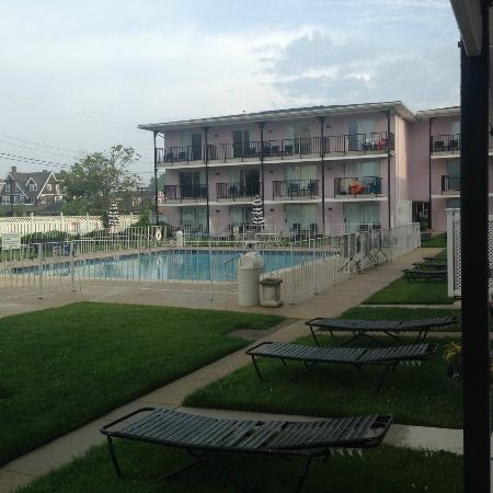 Periwinkle Inn: Courtyard