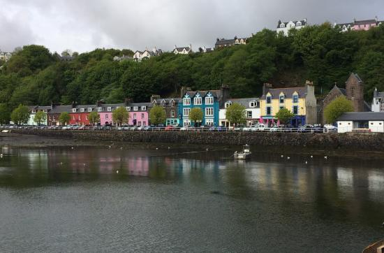 The Tobermory Hotel: Hotel is the pink building