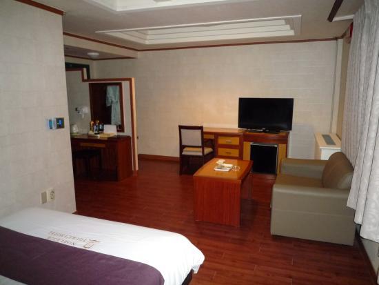 Noblesse Tourist Hotel: room
