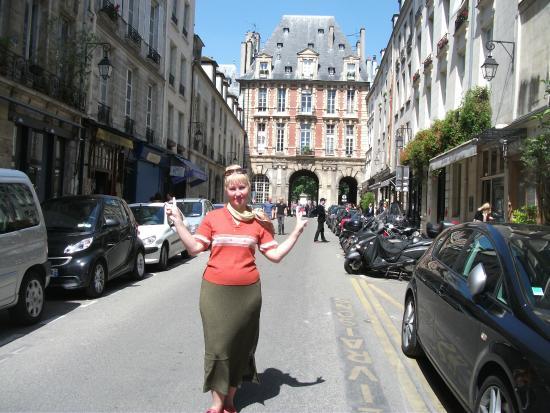 Hôtel de la Place des Vosges: Как выходишь из отеля: рядом много достопримечательностей