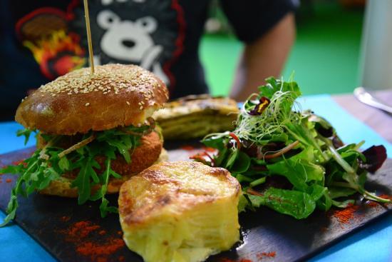 Au Jardin Bistrot: Salmon burger