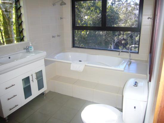 Whispering Valley Cottage Retreat: Bath 1