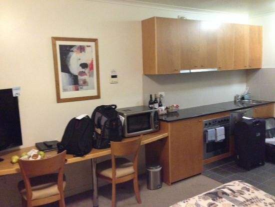 Canberra Waldorf Apartments Hotel: Кухонный гарнитур - вся посуда на месте