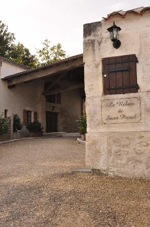 Saint-Preuil, France: вход в отель