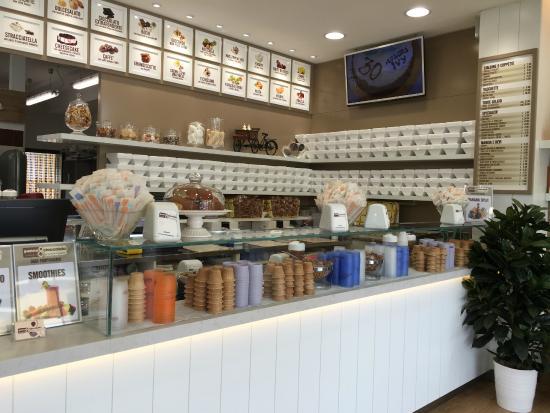 Panna & Cioccolato : Un banco con tanti gusti di creme e frutte, granite, panna e zabaione montati...