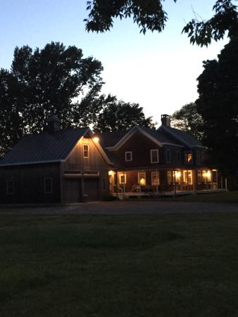The Farmhouse Bed and Breakfast: Lovely at night