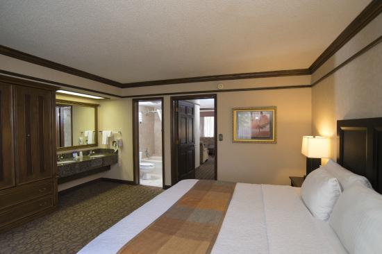BEST WESTERN Inn of the Ozarks: 2 room King Suite