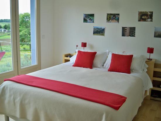 Estialescq, France : La chambre rouge avec terrasse de plain-pied