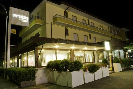 Albergo Protti: Particolare notturno dell'hotel e del suo rinomato Ristorante