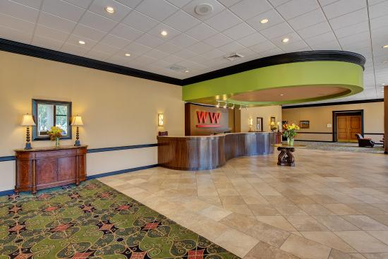 Whispering Woods Hotel & Conference Center: Lobby