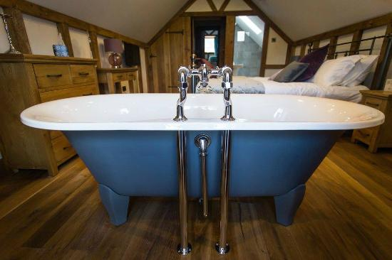 Ringehay Farm Holiday Cottages: The Granary - master bedroom