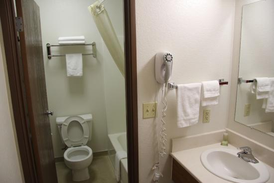 Super 8 Missoula/Reserve St.: I hate split bathrooms!!!