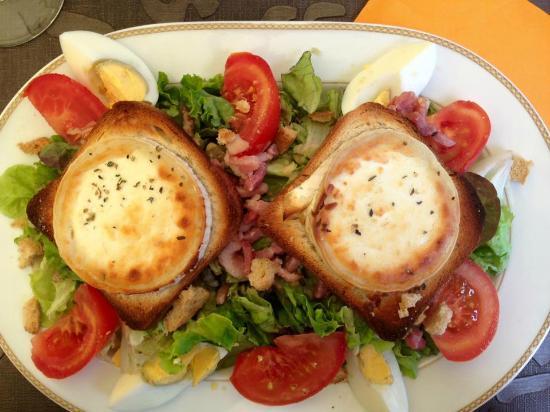 Palavas-les-Flots, France: Salade de chèvre chaud, belle aspect, mais en dessous surprise, lire mon commentaire.