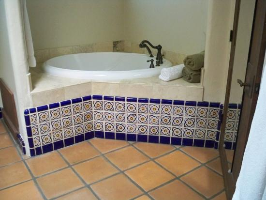 Tubac, AZ: Jacuzzi tub in suite