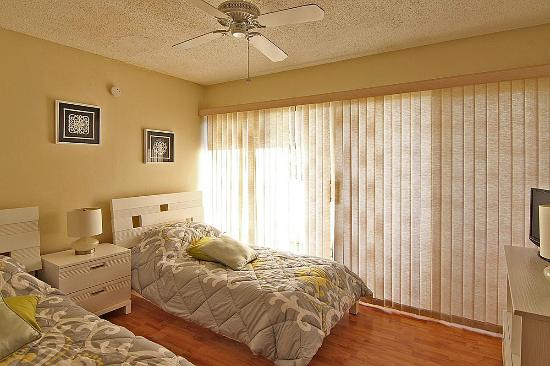 Bird's Nest Apts: Twin bedroom