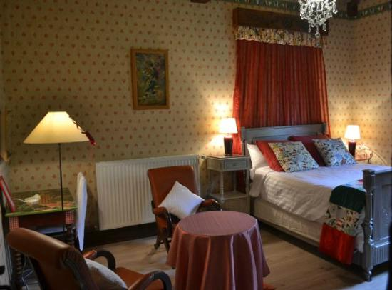 Fontrailles, France : Red room, ch rouge