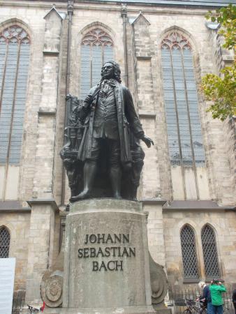 Bach-Museum: Памятник композитору напротив музея