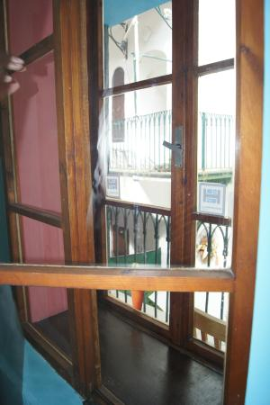 Hostel Marrakesh: Okno z widokiem na zewnętrzny korytarz