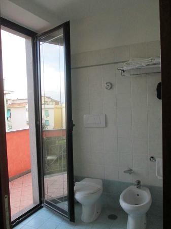 Hotel Traiano: Bath and Door to Balcony