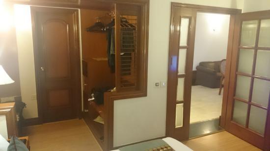 Hotel Vikram: Wardrobe space