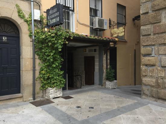 El Chamizo : Fachada del restaurante, en una esquina de la plaza