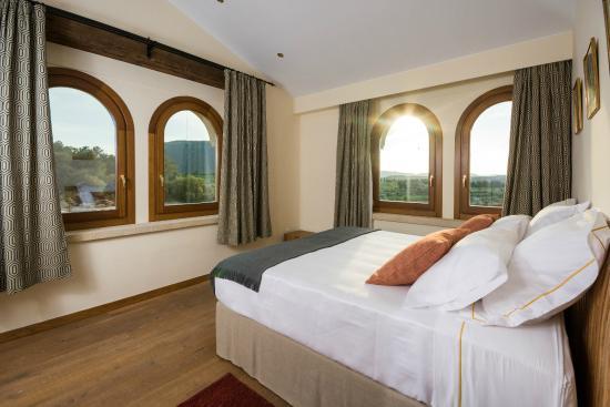 El hotel cuenta con 15 habitaciones: hay 8 Dobles Superiores, 4 Junior Suites y 3 Suites