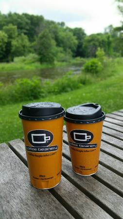 Emmett, มิชิแกน: Even though rainy, enjoying coffee by the river.