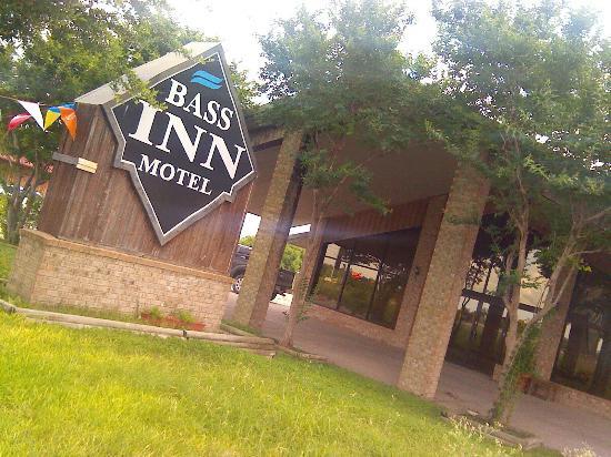 bargain motel near three rivers review of bass inn. Black Bedroom Furniture Sets. Home Design Ideas