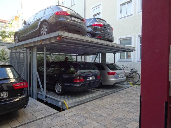 das Hotel in Munchen: Parking dans la cours