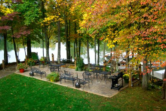 Halesford Harbour Inn: Patio in the Fall
