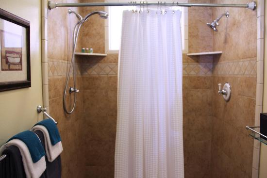 The Lodge at Blue Lakes: Dual Headed Shower in Deluxe Jacuzzi Room