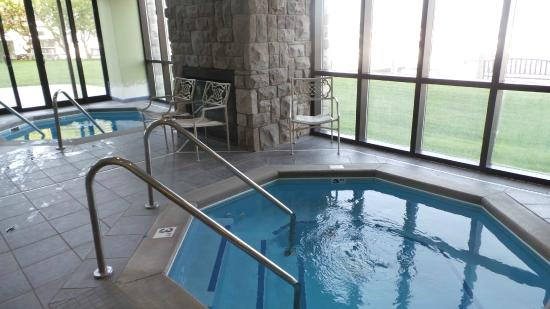 Shoreline Inn & Conference Center, an Ascend Hotel Collection Member: Indoor jacuzzi's