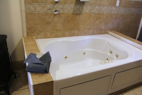 The Lodge at Blue Lakes: In Room Waterfall Jacuzzi