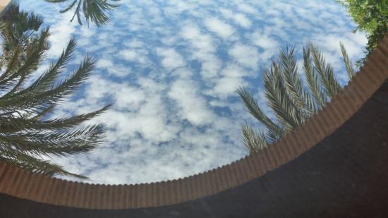Tikida Golf Palace: Reflet du ciel sur une table en verre