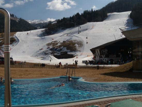 Romerbad Thermal Spa: Blick über das Außenbecken auf die Schipiste